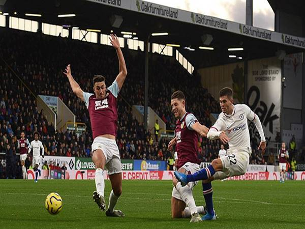 Burnley 2-4 Chelsea: Cú hat-trick hoàn hảo